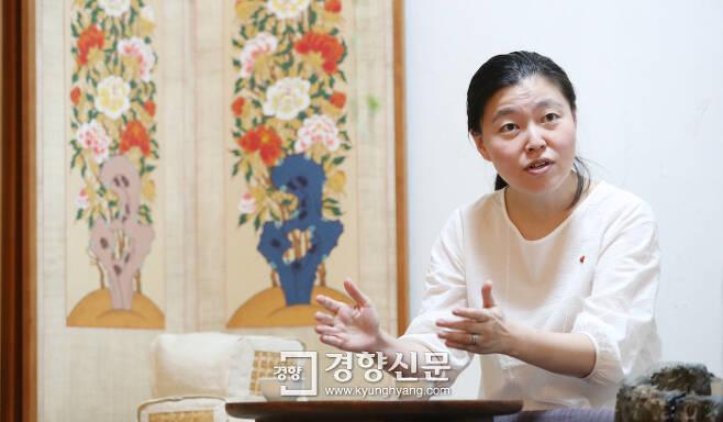 """지난 15일 서울 정동에서 만난 임은정 검사는 2012년 과거사사건 재심에서 '백지구형'을 하라는 상부 지시를 어기고 '무죄구형'을 한 후 겪은 일들과 검찰개혁에 대한 자신의 생각을 밝혔다. 그는 """"검찰이 정치검찰의 오명을 벗으려면 위법한 명령을 내린 자와 기꺼이 굴종한 자들에게 책임을 반드시 물어 위법한 명령에 따르는 게 얼마나 위험한지를 보여줘야 한다""""고 말했다. 김창길 기자 cut@kyunghyang.com"""