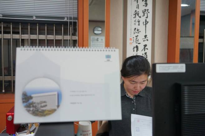 의정부지검에서 2015년부터 2017년까지 의정부지검에서 근무했다. 사진은 임 검사가 집무실에서 야근을 하는 모습.