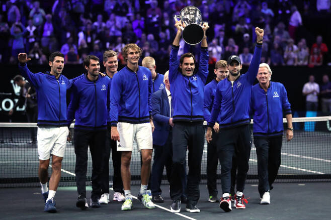 24일(한국시간) 미국 일리노이주 시카고에서 열린 레이버컵 테니스 대회에서 우승을 차지한 로저 페더러 등 유럽팀 선수들이 트로피를 들고 기뻐하고 있다. (사진=AFPBBNews)
