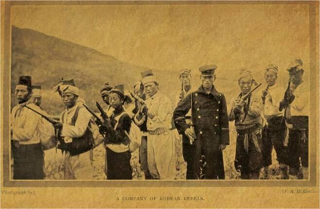 1907년 영국인 종군기자 맥켄지가 양평군 지평 인근에서 촬영한 의병대 모습: <The tragedy of Korea> (1908년에 뉴욕에서 발간 된 책) p207, 사진: 맥캔지(F. A. McKenzie) / 자료 출처: 위키미디어