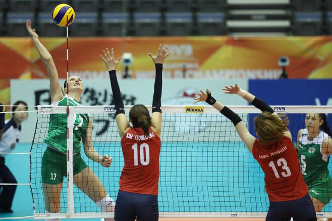 ▲ 2018 여자 배구 세계선수권대회 한국과 경기에서 스파이크하는 아제르바이잔의 폴리 ⓒ FIVB 제공