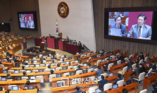 자유한국당 유기준 의원(화면 오른쪽)이 1일 국회 대정부 질문에서 이낙연 국무총리를 상대로 현안을 묻는 모습이 대형 스크린에 비치고 있다.   권호욱 선임기자