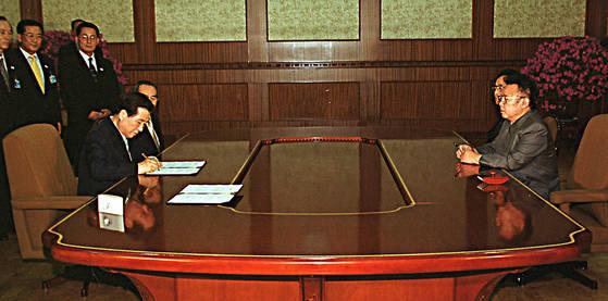 김대중 대통령과 북한 김정일 국방위원장이 2000년 6월 14일 밤 백화원 영빈관에서 남북정상간 합의문에 서명하고 있다. [연합뉴스]