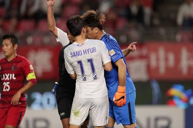 일본 프로축구 가시마 앤틀러스의 골키퍼 권순태(오른쪽)가 3일 저녁 가시마 스타디움에서 열린 2018 아시아축구연맹(AFC) 챔피언스리그 4강 1차전에서 수원 삼성의 임상협과 충돌하고 있다. 한국프로축구연맹 제공