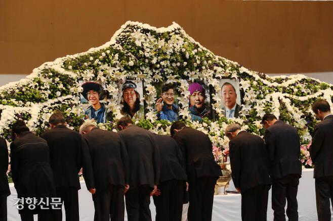 19일 오후 서울시립대에서 열린 '2018 코리안웨이 구르자히말 원정대' 합동영결식에서 참자가들이 추도를 하고 있다. /정지윤기자