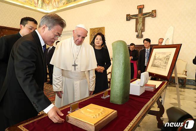문재인 대통령이 18일 오후(현지시간) 바티칸 교황청을 방문해 프란치스코 교황과 면담을 마친 후 준비한 선물에 대해 설명하고 있다.(청와대 제공) 2018.10.19/뉴스1