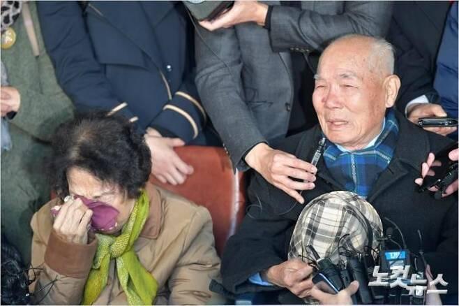 대법원이 1940년대 일제에 강제징용 피해를 당한 4명에 대해 일본 기업이 배상할 책임이 있다는 판결을 내린 30일 피해자 이춘식(94)씨가 서울 대법원에서 소감을 말하고 있다. 이번 판결은 피해자들이 소송을 제기한 지 13년 8개월 만이자 재상고심이 시작된 지 5년 2개월만의 판결이다.