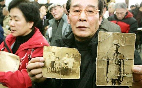 2005년 2월 1일 서울 종로구 일제강점하 강제동원 피해 진상규명위원회를 찾은 한 유가족이 일본군으로 징병됐다가 전사한 부친의 사진을 들어 보이고 있다. [중앙포토]
