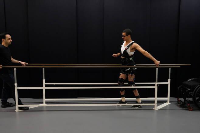 STIMO 참여자 인 데이비드가 스스로 걷고 있는 모습. 데이비드는 스포츠 사고 후 완전한 하반신  마비상태를 보인 바 있다. (네이처 제공)