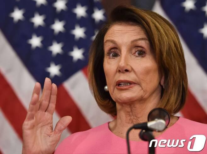 """낸시 펠로시 미국 민주당 하원 원내대표가 7일 (현지시간) 중간선거에서 하원 승리후 워싱턴에서 기자회견을 하고 있다. 펠로시 대표는 이날 """"민주당은 나라를 통합하려고 한다""""며 초당적 협력 의사를 밝혔다. © AFP=뉴스1 © News1 우동명 기자"""