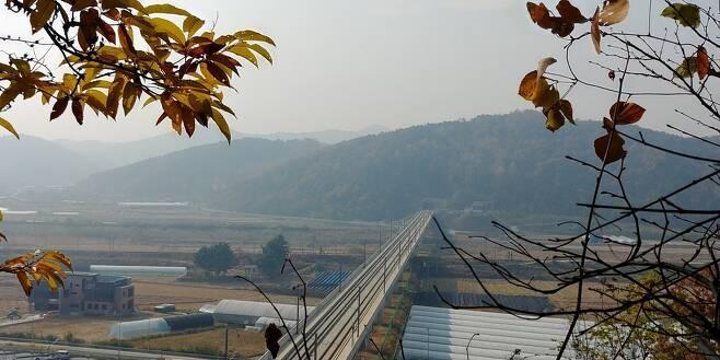 세종시 금남면 발림봉 장재터널 위에서 본 세종역 후보지. 세종은 2025년까지 이 다리와 주변에 세종역 설치를 추진하고 있다. 오윤주 기자