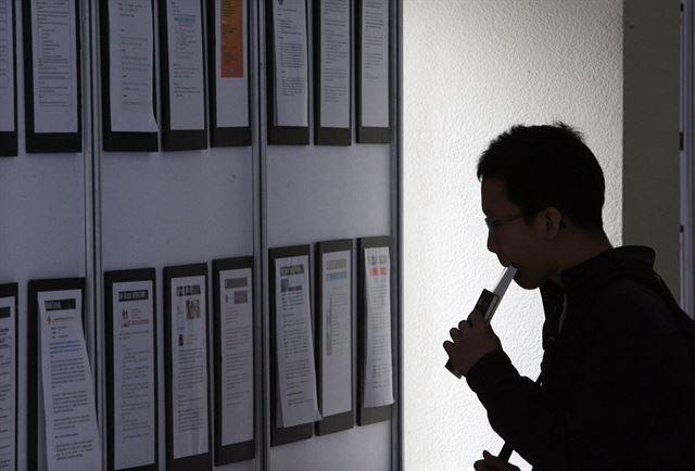 서울의 한 대학에서 열린 인턴 박람회에서 대학생이 공고문을 눈여겨보고 있다. 한국일보 자료사진