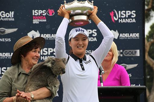 2018년 LPGA 투어 태극낭자들의 활약상 가운데선 고진영의 데뷔전 우승을 빼놓을 수 없다. 2월 호주 오픈에서 우승 트로피를 들어올리며 활짝 웃고 있는 고진영. 사진제공 갤럭시아SM