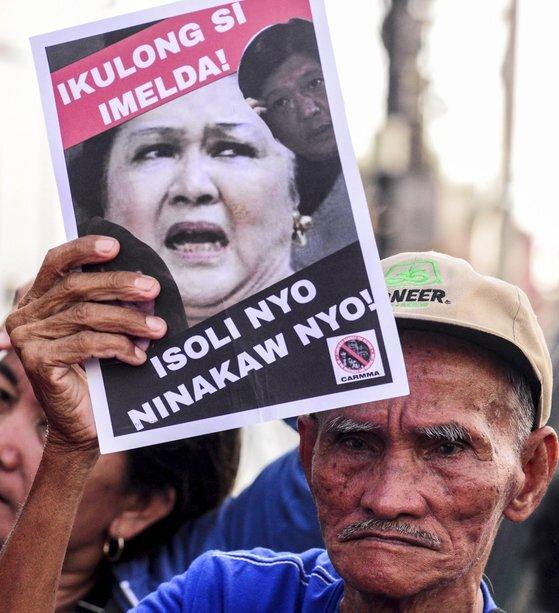 지난 16일 마닐라 시민들이 이멜다의 구속을 요구하며 시위를 하고 있다. [AP=연합뉴스]