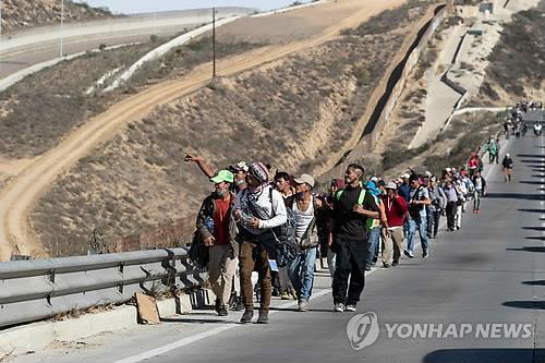 (티후아나<멕시코> AFP=연합뉴스) 미국 정착을 희망하는 중미 출신 이민자 행렬(캐러밴·Caravan) 일부가 13일(현지시간) 미국 남부 국경에 맞닿은 멕시코 티후아나에 도착하고 있다.