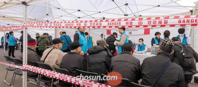 28일 서울역 광장에서 서울시가 제공하는 무상 진료 서비스를 받기 위해 노숙인과 독거 노인들이 기다리고 있다. /김지호 기자