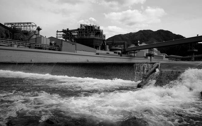 낙동강 물길이 영풍제련소 주변을 굽이쳐 흐른다.