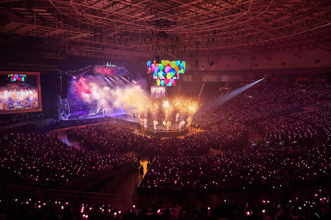 아이유의 '데뷔 10주년 투어콘서트-이 지금' 공연 장면(사진=카카오M)