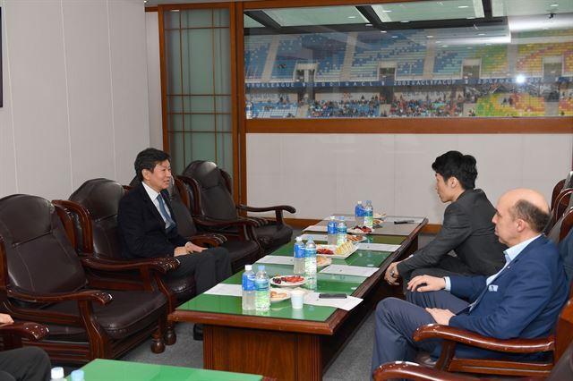 정몽규 축구협회장과 이야기를 나누는 박지성(오른쪽). 대한축구협회 제공