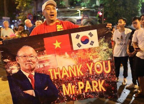 베트남 팬이 '박 감독, 감사합니다'라는 문구와 사진이 담긴 응원판을 들고 거리응원을 펼치고 있다.  VNexpress 제공
