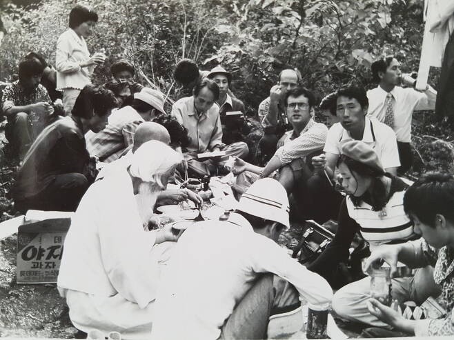 1975년 10월3일 장준하 선생이 의문사한 경기도 포천 약사봉에 김사복(오른쪽 셋째에서 정면을 보는 이)씨와 위르겐 힌츠페터(김사복씨 왼쪽 안경 쓴 이) 기자가 함석헌 선생과 함께 답사를 갔을 때의 모습이다. 김승필씨 제공