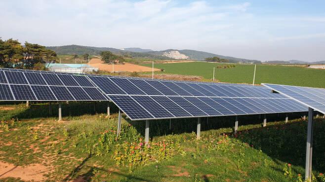 전라북도 부안군의 한 농촌에 태양광 발전기가 설치돼 있다. (사진=김상윤 기자)