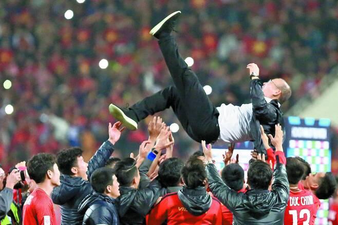지난해 12월 15일 오후 베트남 하노이의 미딘 국립경기장에서 열린 베트남과 말레이시아의 2018 아세안축구연맹(AFF) 스즈키컵 결승 2차전에서 이기며 우승한 베트남 선수들이 박항서 감독을 헹가래하고 있다.[연합뉴스]