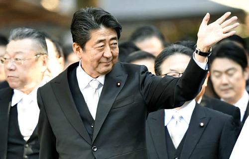 아베 신조(安倍晋三) 일본 총리가 4일 일본 보수의 성지로 알려진 이세(伊勢)신궁을 참배하며 시민들에게 손을 흔들고 있다.