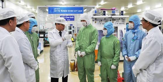 기찬수 병무청장(왼쪽 네번째)이 지난해 8월 병역지정업체인 ㈜디바이스이엔지를 방문해 근무 중인 산업기능요원들과 대화를 나누고 있다. 연합뉴스