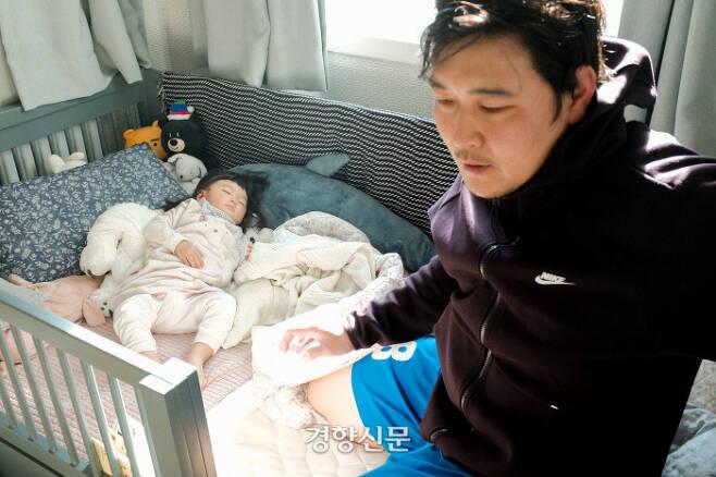 콜록거리던 이현이를 다시 재운 신준희씨가 슬로우 모션으로  침대를 빠져나오고 있다. 준희씨의 얼굴에서 아빠의 아침이 보인다.