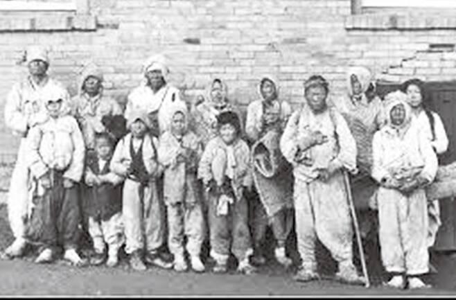 스웨덴 신문기자 아손 그렙스트가 1905년 전후의 대한제국 곳곳을 여행하면서 찍은 140여 장의 사진 중 한 컷. 노비들은 신분에서는 해방됐지만 농촌에서는 머슴, 도시에서는 빈민으로 살았다. 노주석 제공