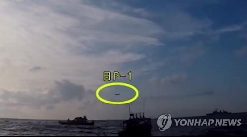 국방부, 한일 레이더 갈등 반박 영상 공개 (서울=연합뉴스) 국방부가 4일 한일 '레이더 갈등' 일본 측 주장을 반박하는 동영상을 유튜브에 공개했다.      사진은 조난 선박 구조작전 중인 광개토대왕함 상공에 저고도로 진입한 일본 초계기 모습(노란 원)으로 해경 촬영 영상이다. 2019.1.4 [국방부 유튜브 캡처] photo@yna.co.kr