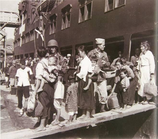 일본에서 귀환하는 동포들은 미군의 지참금 제한 조처로 그나마 모았던 재산도 대부분 두고 와야 했다. 1945년 10월2일 일본에서 부산으로 귀국하는 동포들의 모습. 일부는 맨발이다. 국사편찬위 우리역사넷