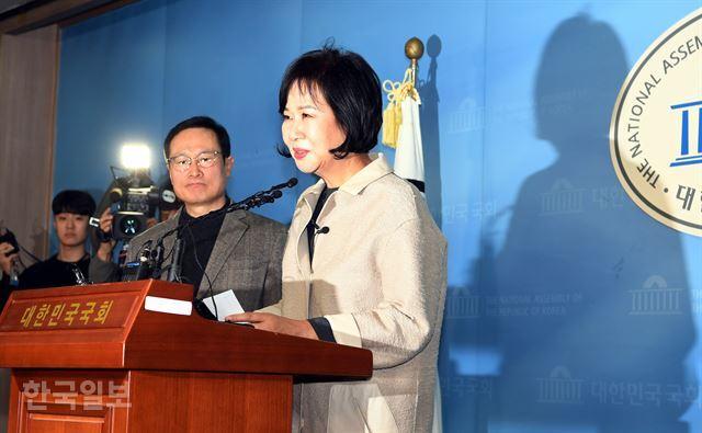 """손혜원 의원(더불어민주당 탈당)은 20일 오전 국회 정론관에서 기자회견을 열어 """"당적을 내려 놓겠다""""고 밝혔다. 고영권 기자"""