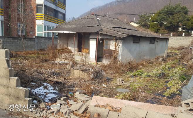 사람은 떠나고…지방을 지키는 빈집 경북 군위군 의흥면사무소 근처의 집이 벽은 무너지고 마당은 폐허가 된 채 버려져 있다. 인구가 줄고 있어 외곽으로 팽창하는 지역에선 이 같은 빈집들이 속출할 수 있다. 박용하 기자