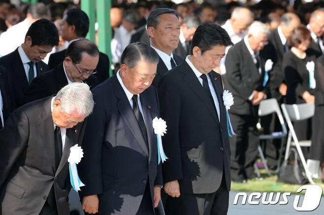 아베 신조 일본 총리(앞줄 오른쪽)가 작년 8월6일 히로시마 평화기념공원에서 '원폭 희생자위령식·평화기원식'에 참석, 묵념하고 있다. © AFP=뉴스1