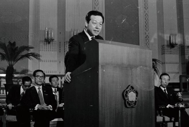 1971년 9월, 서울 중앙청 제1회의실에서 취임 뒤 첫 기자회견을 하고 있는 김종필 총리. 운정재단 홈페이지