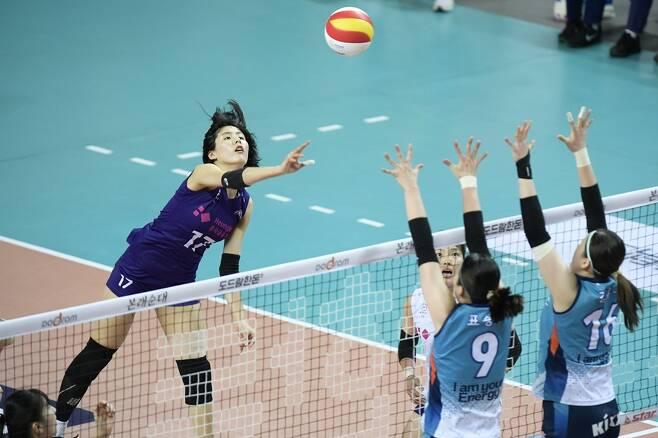 ▲ GS칼텍스와 경기에서 스파이크하는 흥국생명의 이재영(왼쪽) ⓒ KOVO 제공