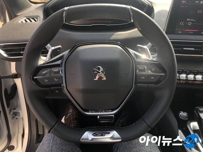 2019년형 푸조 5008 SUV 스티어링 휠. [한상연 기자]