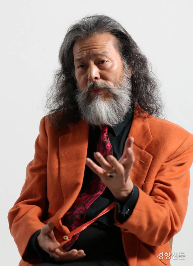 젊을 때부터 패션에 관심이 많았다는 김칠두씨. 이날 그가 입고 있던 주황색 재킷은 30년 전 양복점에서 당시 돈으로 15만원을 주고 맞춘 것이다. 김정근 선임기자
