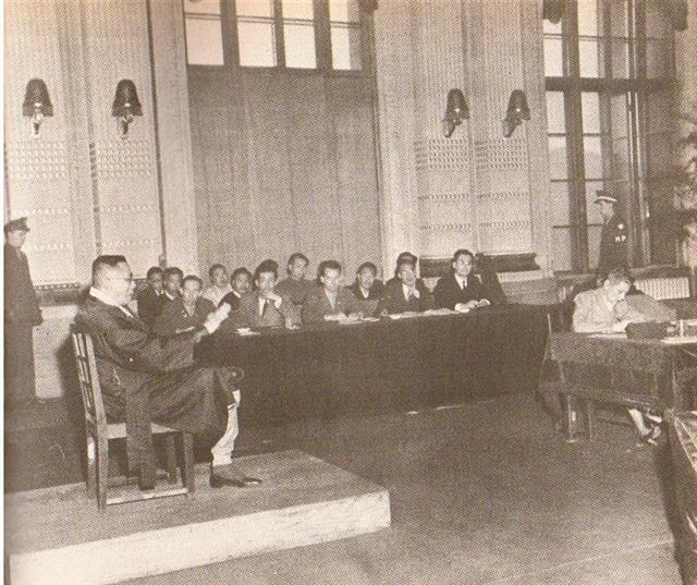 """1948년 3월 김구(왼쪽)가 친일파 출신 한민당 수석총무 장덕수(1894~1947) 살해 사건의 배후로 지목돼 미 군정 군사법원에서 증언하는 모습. 검사가 직업을 묻자 그는 """"내 직업은 독립운동이오""""라고 답했다.서울신문 DB"""