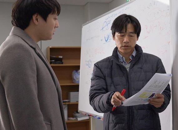 박노정 교수(오른쪽)와 신동빈 박사(왼쪽)가 위상부도체 연구에 대해 의논하고 있다 /사진=UNIST