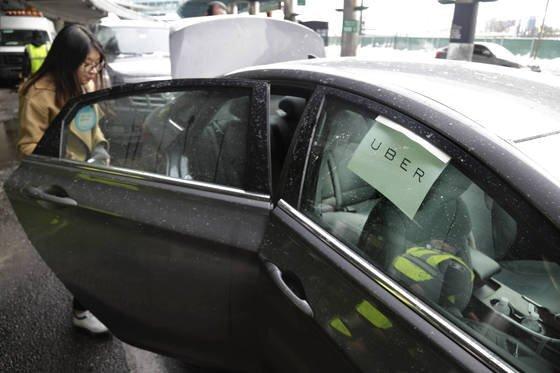 미국 뉴욕에서 승객이 우버 차량을 이용하고 있다. [AP=연합뉴스]