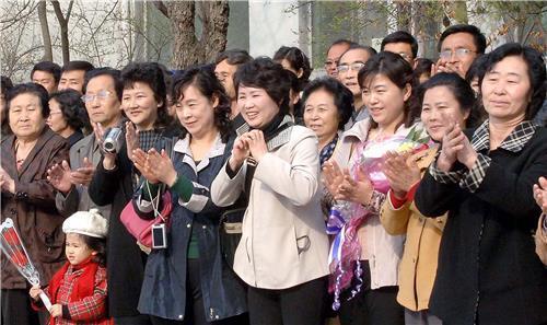 (평양 조선중앙통신=연합뉴스) 2014년 평양 한 소학교 입학식에서 학부모들이 손뼉을 치고 있다.