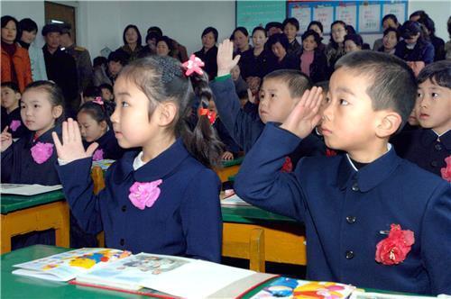 (평양 조선중앙통신=연합뉴스) 2013년 평양 광복소학교에서 신입생들이 학부모 참관 속에 수업하고 있다.