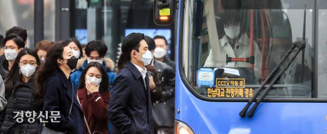 마스크가 일상인지, 일상이 마스크인지… '미세먼지 안전지대'는 없었다. 미세먼지 비상저감조치가 닷새 연속 시행된 5일 서울 세종로 사거리 버스정류장을 지나는 시민들이 모두 마스크를 착용하고 있다. 버스 안 운전사와 승객들도 마스크를 벗지 못하고 있다.  이준헌 기자 ifwedont@kyunghyang.com