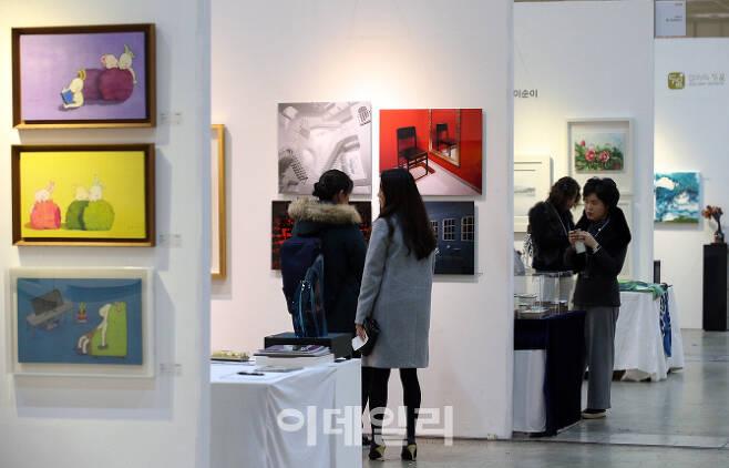 한 아트마켓에서 관람객들이 미술 작품을 감상하고 있다(사진=이데일리DB).