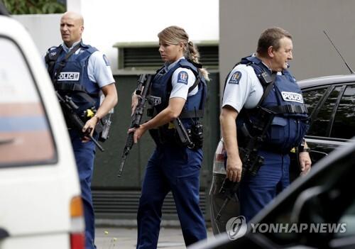 총격 사건이 발생한 모스크 인근에 배치된 무장경찰. [AP=연합뉴스]