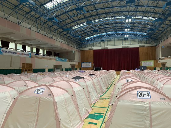 1월 31일 경북 포항시 북구 흥해실내체육관에 220여 개의 텐트가 설치돼 있다. 이곳에서 40여 명의 이재민들이 여전히 생활하고 있다. [중앙포토]