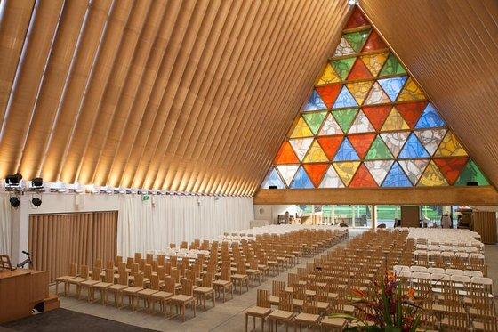 2011년 지진으로 파괴된 뉴질랜드 크라이스트처치 마을을 위해 반 시게루가 지은 종이로 된 임시 성당. 반 시게루도 프리츠커상(2014) 수상 작가다. [사진 브리짓 앤더슨]